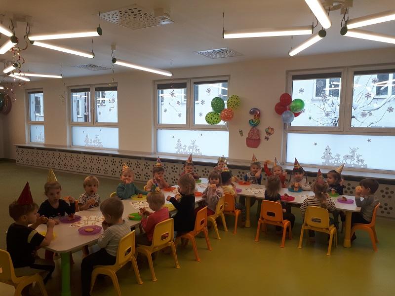 Grupa starszaków świętuje urodziny